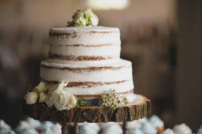 Hochzeitstorte auf Baumstamm-Tischdeko Hochzeit