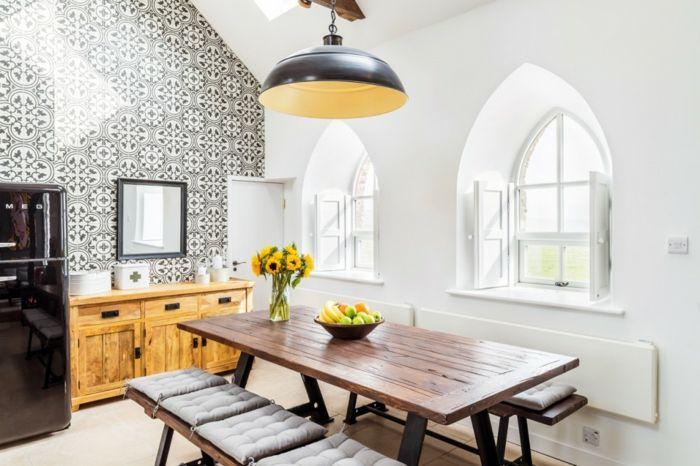 Hohe Decke und große Fenster im gotischen Stil sorgen für viel Licht-Altbau Renovierung Ziegelbau Zementfliesen ländlich rustikal