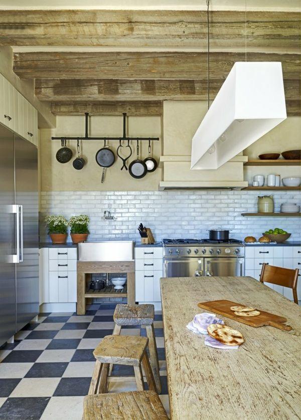 Holzelemente in der rustikalen Küche-Landhausstil Bauernküche Holzhocker