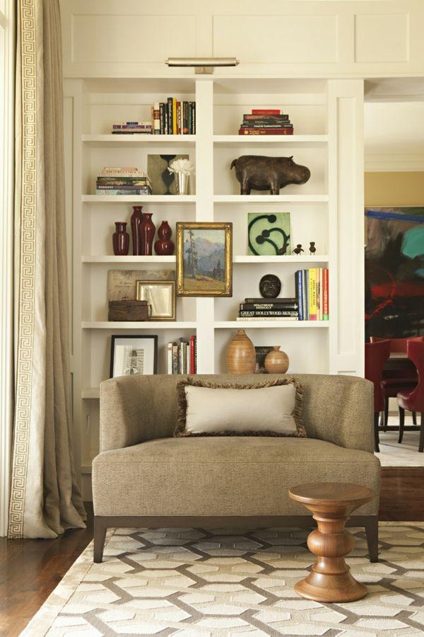 Holzelemente wie der ungewöhnliche Fußhocker bringen Wärme ins Wohndesign-Holz klassische Einrichtung Polstermöbel