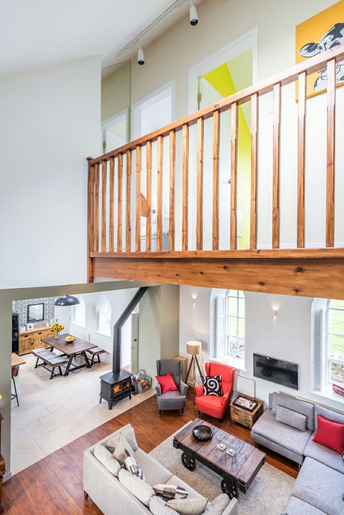 Holzgeländer mit Retro-Altbau Renovierung Ziegelbau Zementfliesen ländlich rustikal