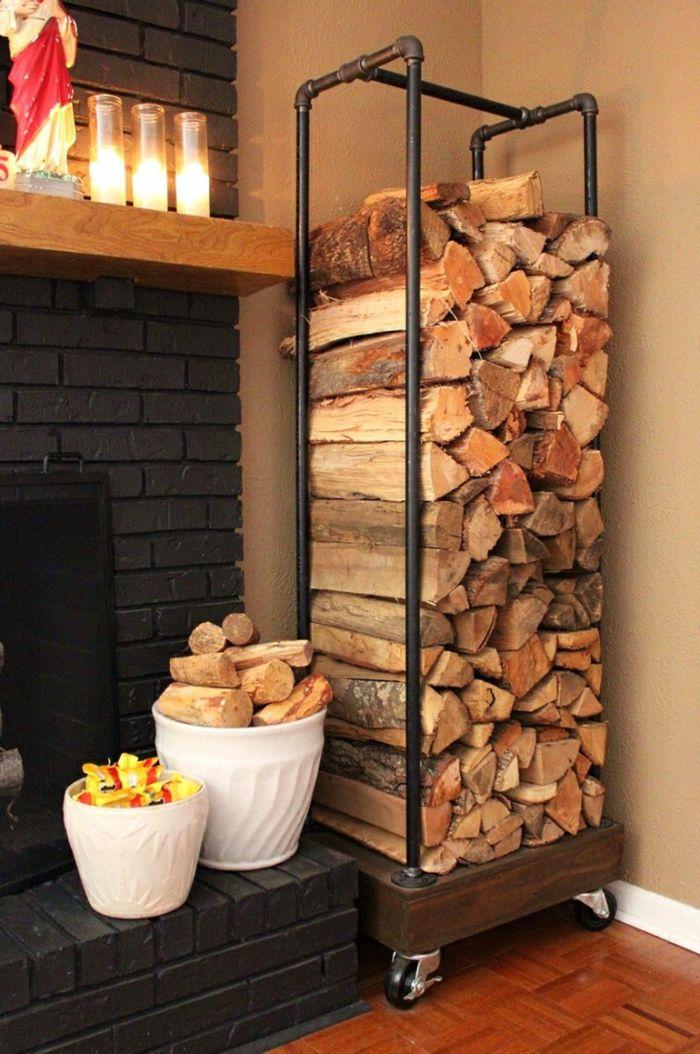Holzlege aus Wasserrohren in der Zimmerecke-Kaminholzregal Brennholzregal Kaminholz Brennholzlagerung Kaminofen Gestaltung