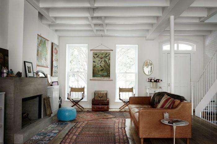 In Weiß bemalte Holzbalkendecke begrüßt gleich beim Eingang-Familienhaus Einrichtung Ledersofa Stilmischung Umbau