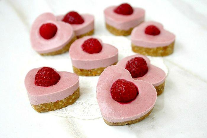 Käsekuchen-Kekse mit Himbeeren in Herzform-Dessert Herzform romantisch Valentinstag
