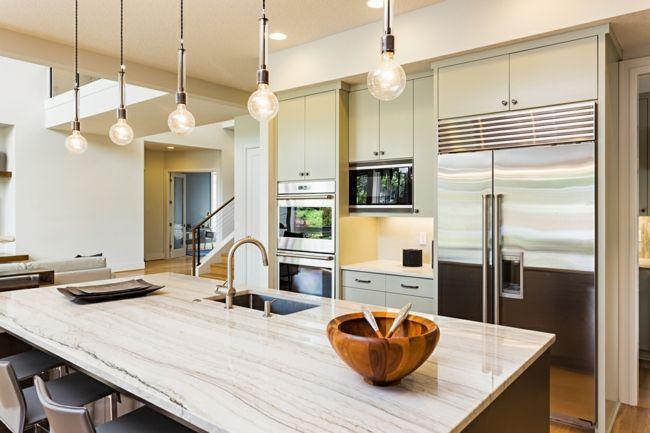 Küche in hellen Farben-Geräumigkeit Feng Shui Einrichtung Küche Kochinsel Hängeleuchten