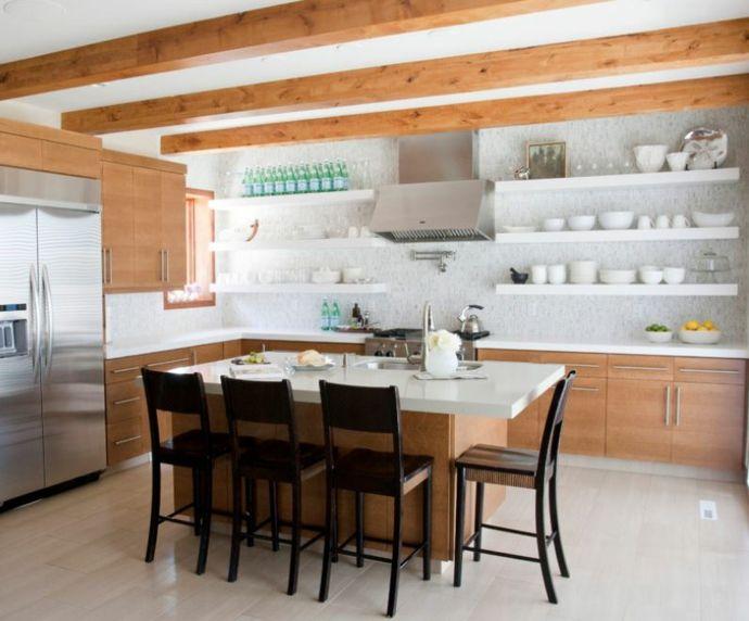 Kücheninsel Deckenbalken Holz weiße Wandregale-Küchen offene Regale