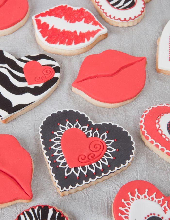 Kekse mit Fondant und einzigartigen Formen-Diese kleinen Süßigkeiten sind echte Hingucker als Dekoration-Nachtische Kekse selbstgebacken Herzform Valentinstag
