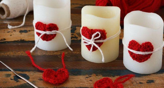 Kerzen mit gehäkelten roten Herzen-Deko Ideen zum Valentinstag