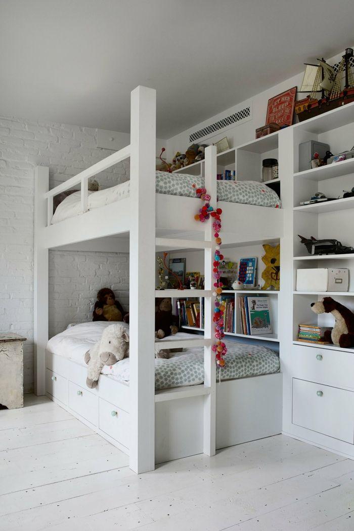 Kinderzimmer mit Etagenbett in überwiegend Weiß-Die Holzböden waren ursprünglich in Kürbis-Orange-Einfamilienhaus Kinderzimmer Luxushaus Altbau