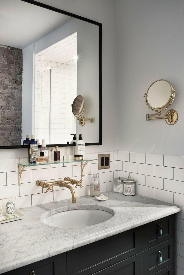 Klassisches Badezimmer mit wesentlichen Accessoires-Familienhaus Badezimmer Design schlicht Waschtisch Marmorplatte Wasserhahn aus Messing