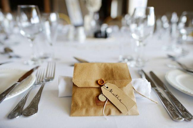 Kleine Geschenke mit handgeschriebenen Namenkärtchen-Tischdeko Hochzeit