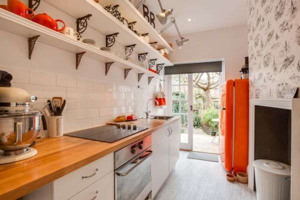 Kleine Küche in warmen Farben-amerikanischer Kühlschrank in Orange