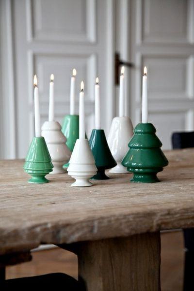 Kleine Stabkerzen in zylindrischen Kerzenhalter-Kerzenständer