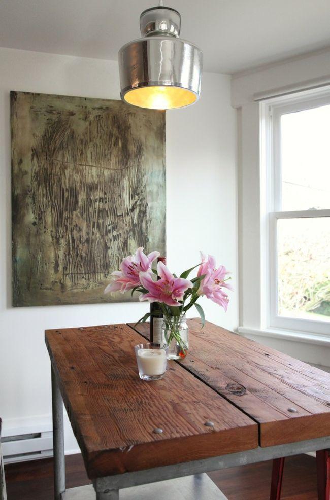 Kleiner Essbereich mit industriellem Tisch und Schnittblumen-Eklektische Wohnung Vintage rustikal