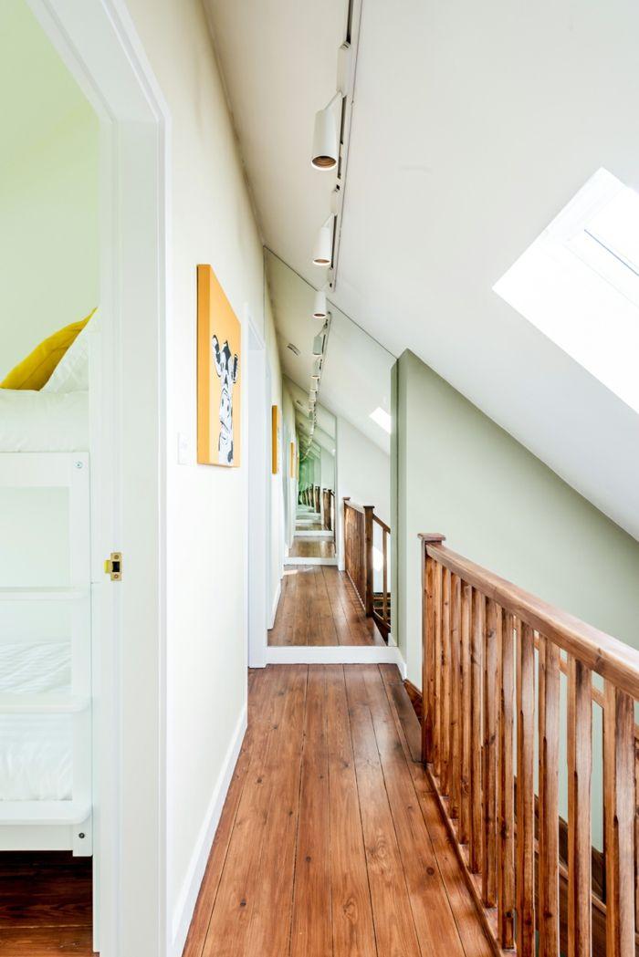 Klug angebrachter Spiegel sorgt für Geräumigkeit-Altbau Renovierung Ziegelbau Zementfliesen ländlich rustikal