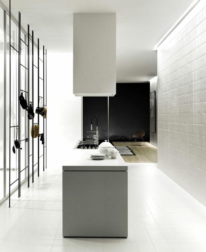 Kochinsel und Bodenfliesen in Weiß-moderne Kücheneinrichtung