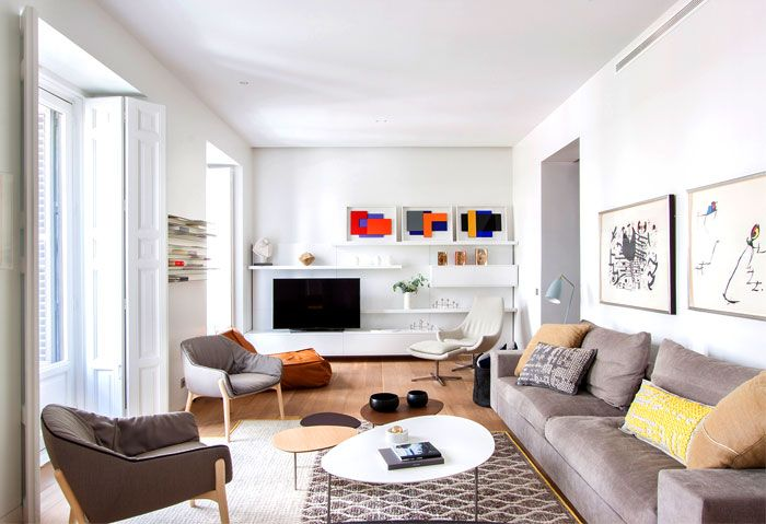 Komfort und Funktionalität-modernes Wohnzimmer Retro Stühle weiße Fensterläden Gemütlichkeit