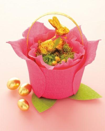 Korb aus Krepppapier in Rosa-Dekoration Ostern