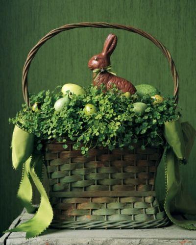 Korb mit Klee-Dekoration Ostern