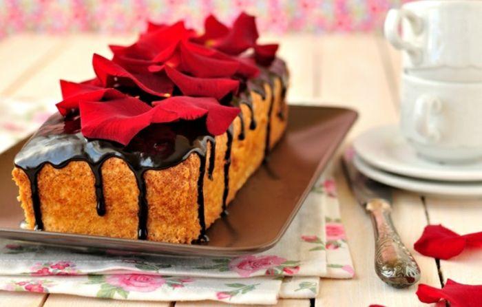 Kuchen mit Schokoglasur-Dessert mit Rosenblüten dekorieren-Rezepte Nachtisch Kuchen Rosenblüten Tischdeko Valentinstag