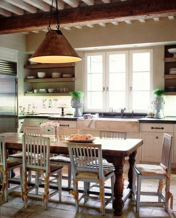 Landhausküche mit verspielten Elementen-Massivholz Tisch Küchenstühle mit Stäbchenlehnen rustikal Shabby Chic