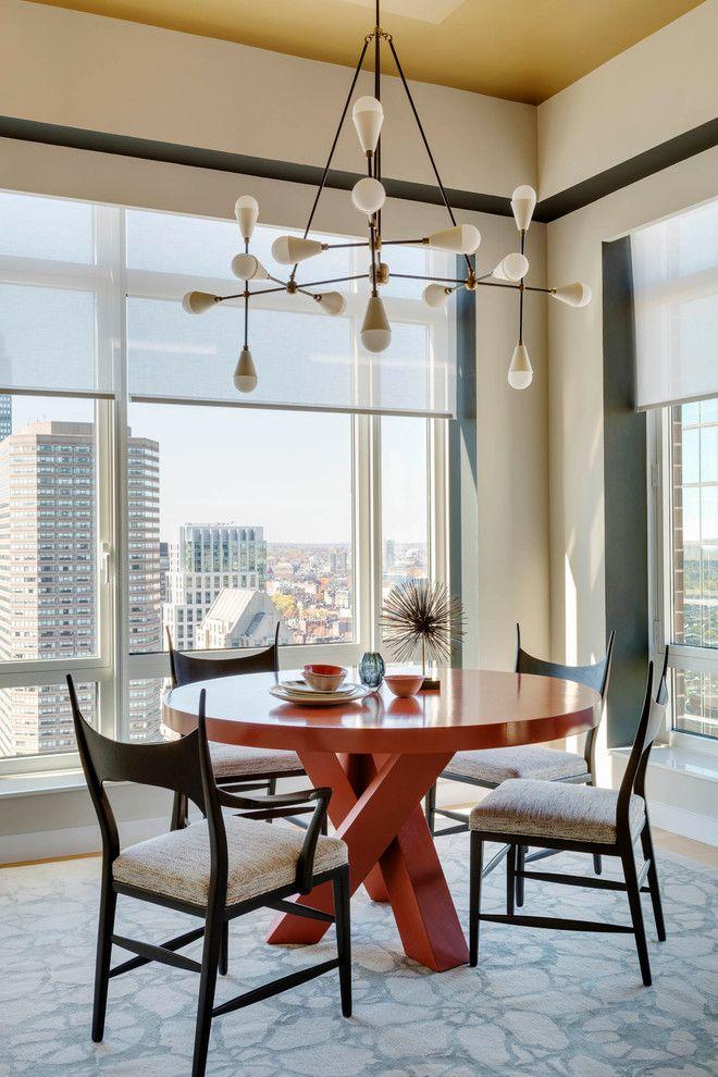 Lichtdurchflutetes Esszimmer mit Stadtpanorama-Möbeln-Steinwand Esszimmer Innendesign