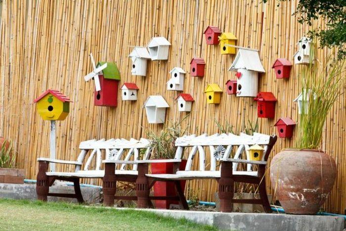 Lustige Deko Idee mit Vogelhäuschen für den Innenhof-Gartenmöbel Gartenbänke Bambusstämme Vogelhäuschen