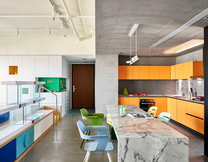 Massiver Marmortisch kontrastiert mit den übrigen Möbel-Optik Küche Marmortisch