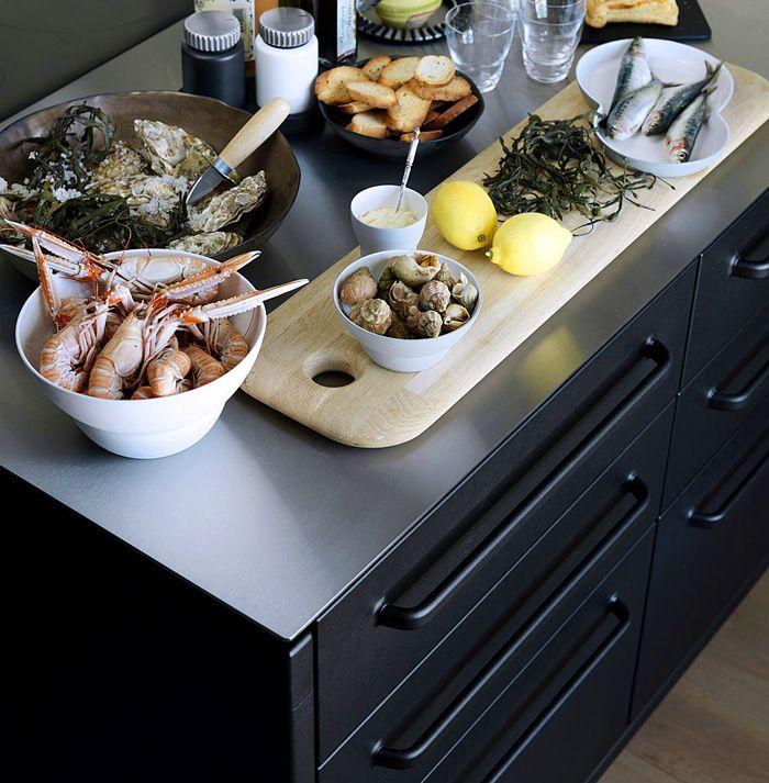 Matte schwarze Fronten und knallige Farben- Küchentrends Design Küchenmöbel schwarze Fronten Arbeitsplatten Edelstahl