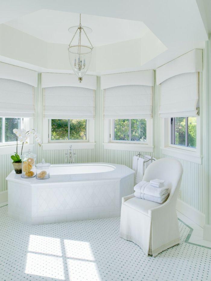 Mediterranes Badezimmer in Weiß elegant prächtig-dekorative Deckenleisten