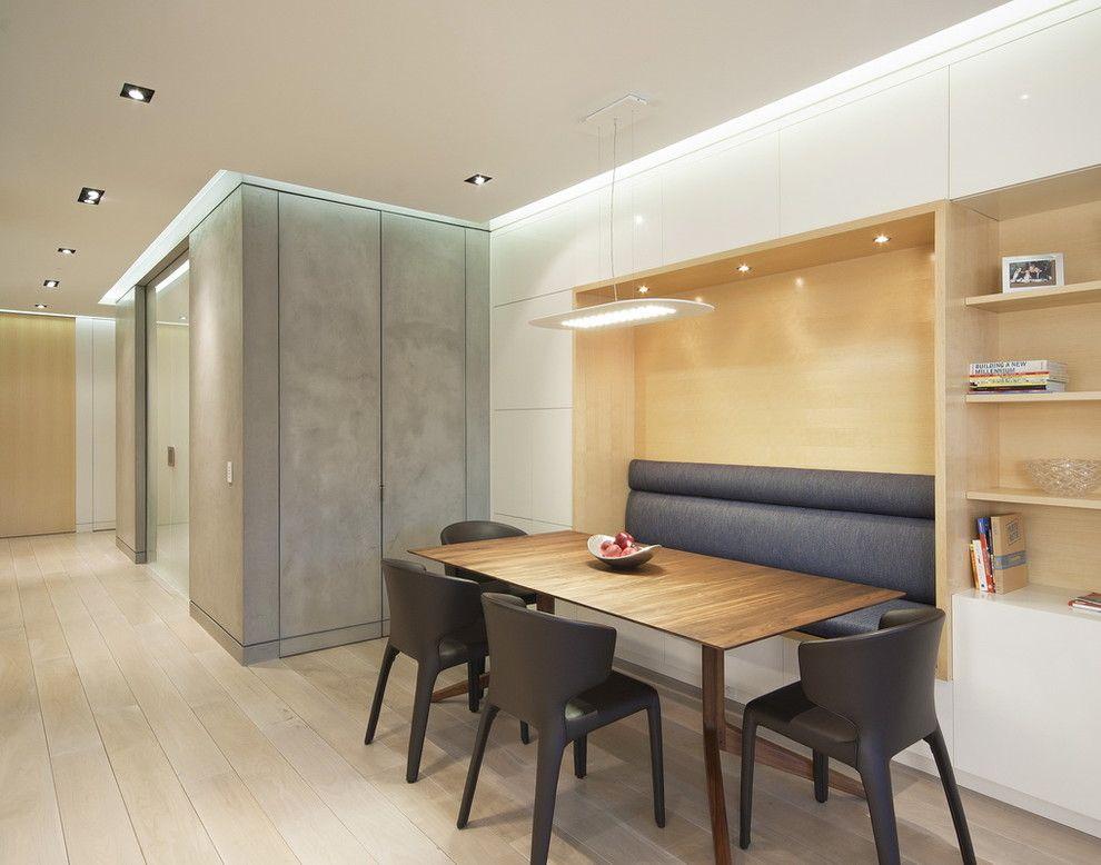 Moderne Einrichtung mit einem Material-Mix-Steinoptik Steinwand Innendesign Sitzbank Esszimmer Designer Stühle diskere Beleuchtung