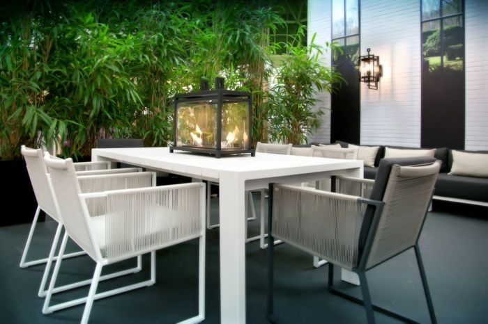 Moderne Gestaltung des Innenhofs in neutralen Farben-Gartendeko Gartentisch Gartenstühle luxuriöses Haus diskrete Beleuchtung