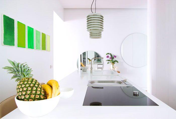 Moderne minimalistische Küche in Weiß-renovierte Küche in Weiß Kochinsel minimalistisch