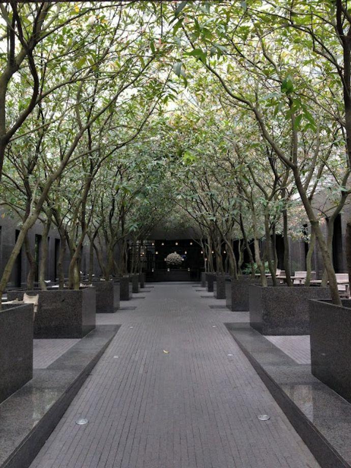 Moderner Gartenpfad und Pflanzkübel aus Marmor-Landschaft im minimalistischen Stil