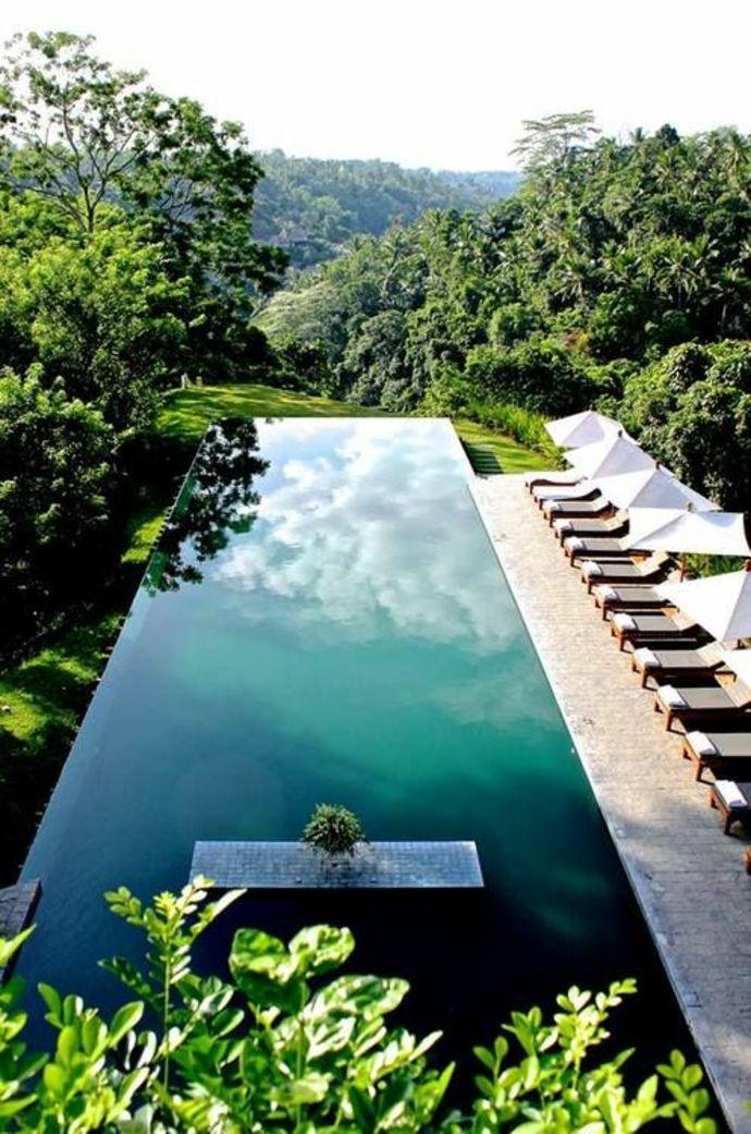 Moderner luxuriöser Swimmingpool -Landschaft im minimalistischen Stil