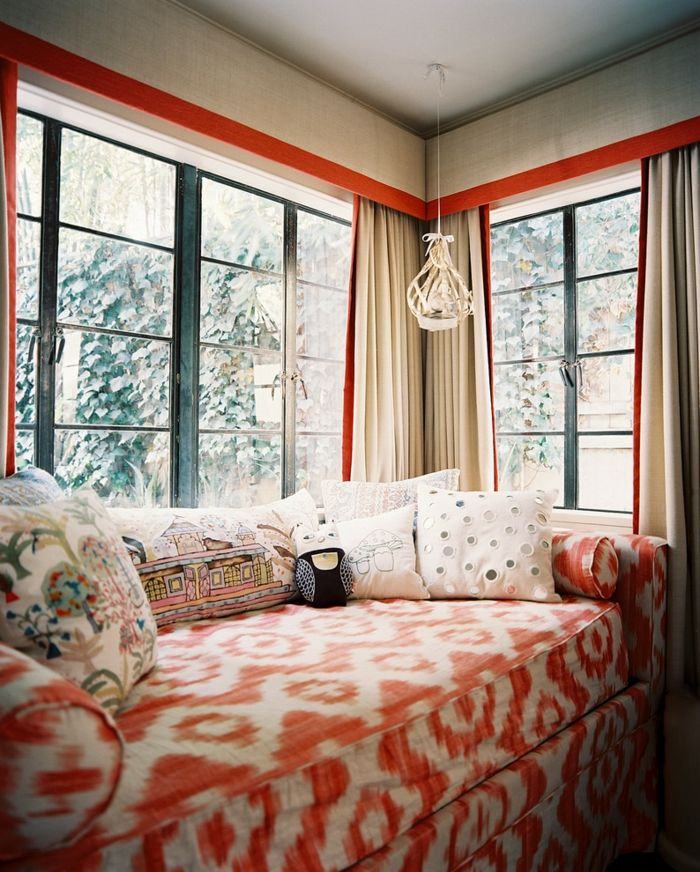 Modernes Wohnzimmer Fensterbehandlung in Weiß und Rot-dekorative Deckenleisten