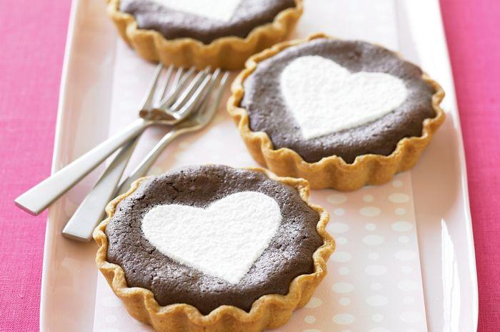 Muffins mit kleinen Herzchen-Leckere Nachtische Herzform Überraschung Valentinstag