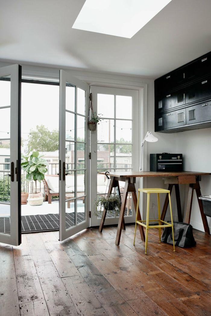 Natürliche Materialien wie Holz sorgen für ein wohnliches Ambiente-Ursprünglicher Holzboden aus dem 20.Jhdt-Wohnzimmer Familienhaus französische Türen in Weiß Arbeitstisch minimalistisch