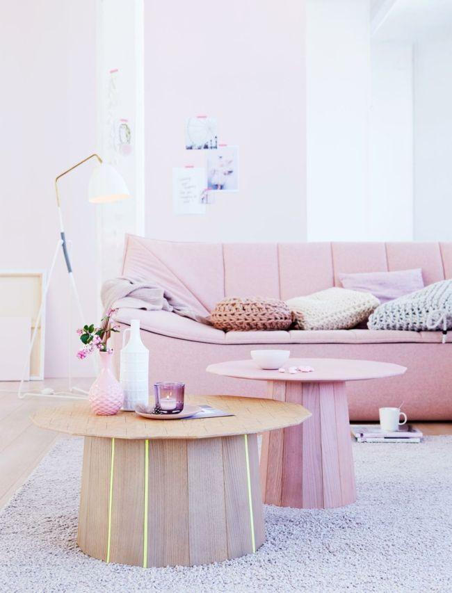 Nudefarben bei der Wohngestaltung, rosa Sessel, runder Couchtisch aus Holz -möbel design