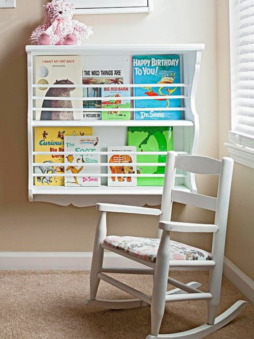 Ordnung im Kinderzimmer mit Hängeregalen-platzsparende Aufbewahrung Ordnung Hängeregal Schaukelstuhl Kinderzimmer