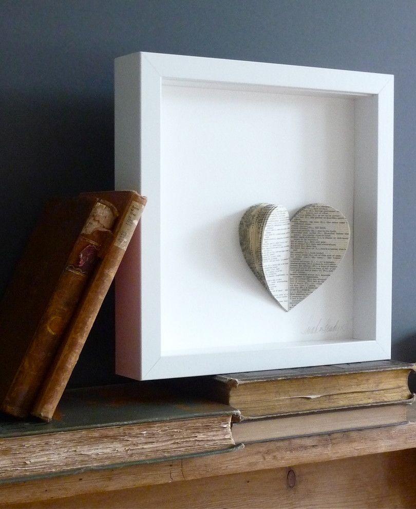 Papierherz im Rahmen für das Home Office-Valentinstag Interieur Dekor