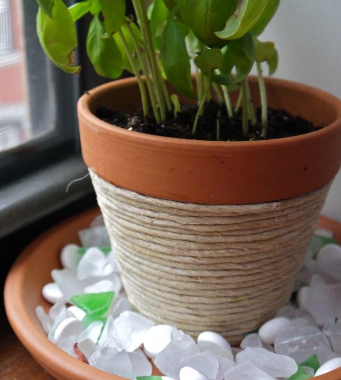 Pflanzentopf für einen rustikalen Look mit Zwirn umwickeln-Blumentopf Basteln mit Kindern