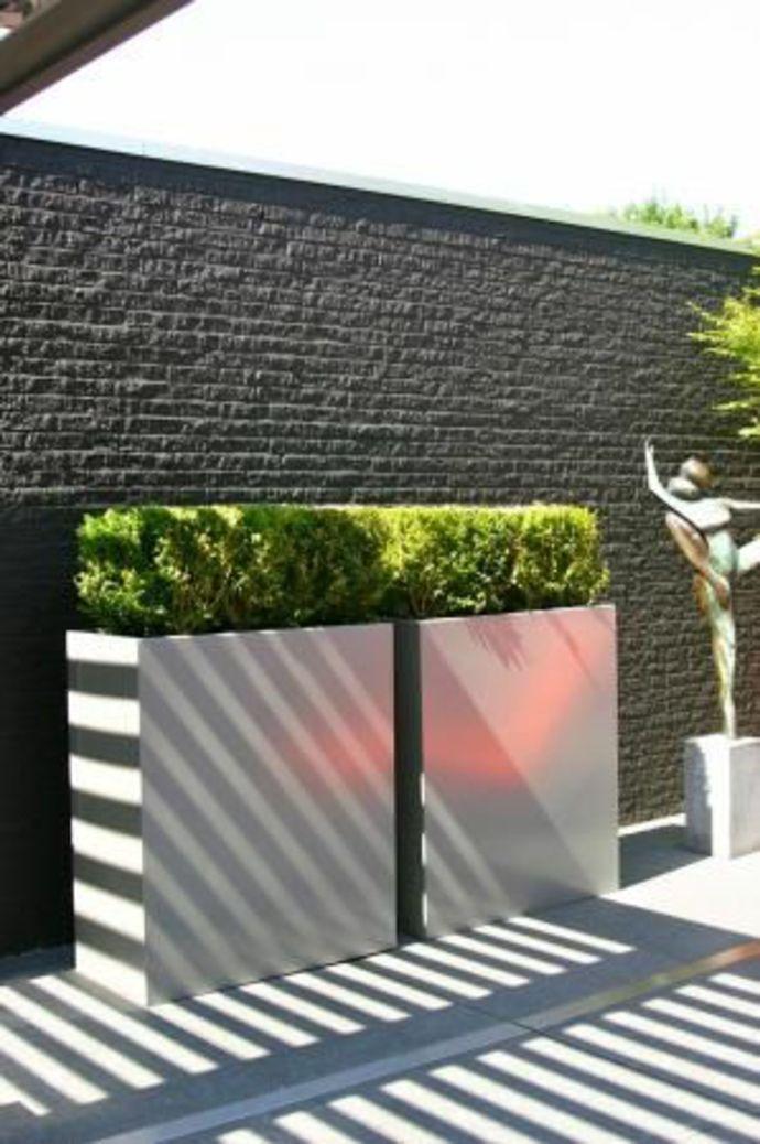 Pflanzkübel aus Beton und Trennwand im minimalistischen Garten-Landschaft im minimalistischen Stil