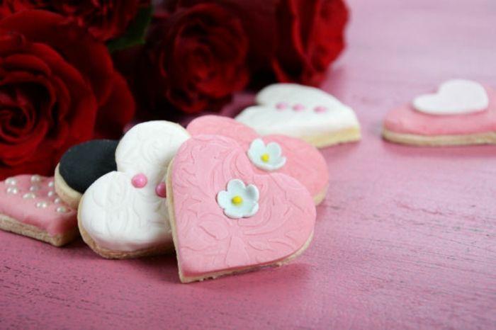 Plätzchen mit Frosting in Herzform-Dessert Herzform Rosa Fondant Valentinstag