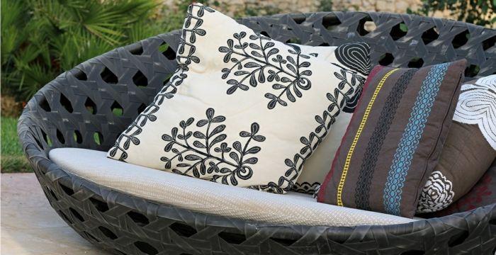 Prächtige Gartendeko mit Rattanpouf und Deko Kissen-Gartengestaltung Garten Sitzmöbel Sitzpouf Rattan Luxus