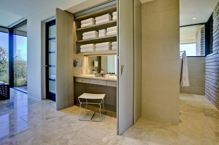 Praktischer Schminktisch und Aufbewahrungsmöglichkeit-Das Badezimmer ist ans Zimmer angeschlossen.-Offener begehbarer Kleiderschrank System Luxus Ankleide