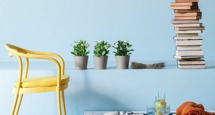 Rückzugsort Im Wohnzimmer Einrichten Die Hellblauen Wandfarbe, Die  Zimmerpflanzen Und Die Bücher Wirken Entspannend