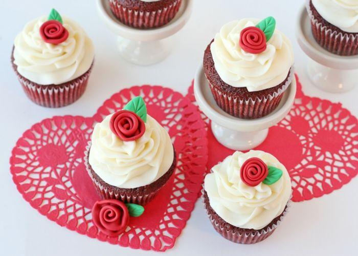 Red Velvet Cupcakes zum Valentinstag-Überraschen Sie den geliebten Menschen mit einem hausgemachten Nachtisch-Rezepte Dessert Herzform Röschen Valentinstag