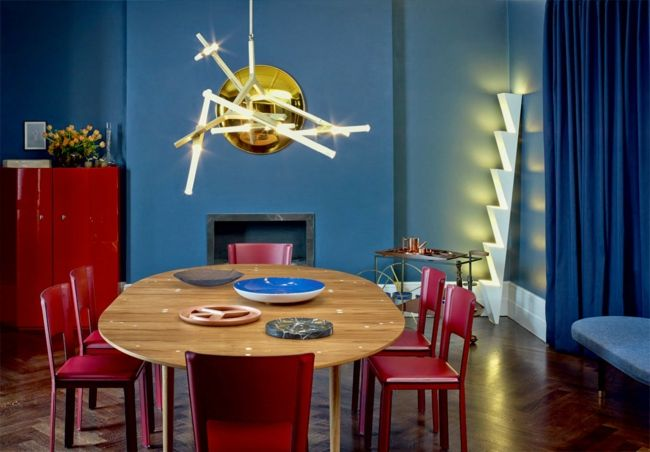 wohnzimmer rote wand: , rote Stühle, blaue Wand, Ambiente, Deckenleucte-wohnzimmer ideen