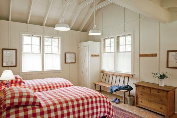 Rot-weiß karierte Bettwäsche-weiß Schlafzimmer Landhausstil Dachschräge Holzbalken